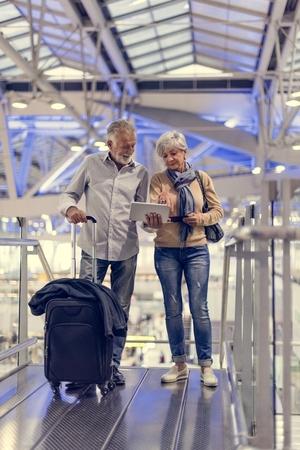 Senior paar reizen luchthaven scene