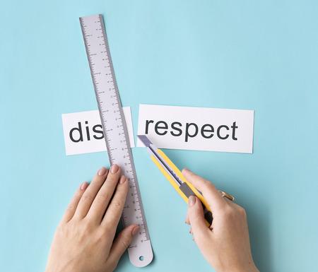 falta de respeto: Falta de respeto manos cortadas de palabras concepto de Split
