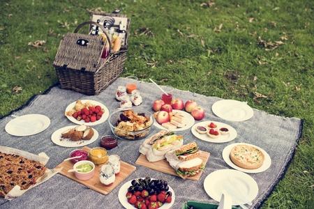 Picknick Mittagessen Mahlzeit im Freien Park Essen Konzept Standard-Bild - 68928907