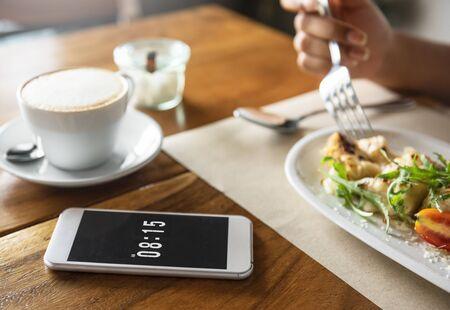 Voedselcatering die het Ontbijtconcept van het Mobiele Telefoonkoffierestaurant eten