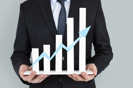 Geschäftsmann, der Erfolgswachstumsdiagramm hält