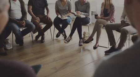 サークル カウンセリングで座っている人