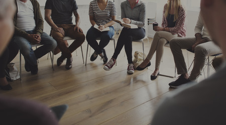 Menschen sitzen in einem Kreis Beratung Standard-Bild - 70036105
