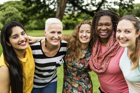 Groupe de femmes Socialize Travail d'équipe Bonheur Concept Banque d'images - 70696762