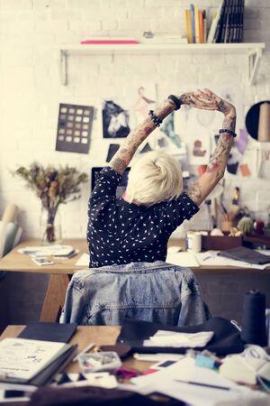 ストレッチの概念を操作の刺青の女の子 写真素材 - 71143244