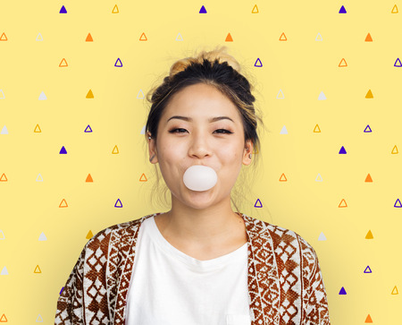 Young Girl Chewing Bubble Gum Concept Imagens - 71315288