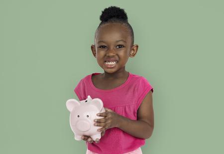 Glückliches Mädchen mit Sparschwein