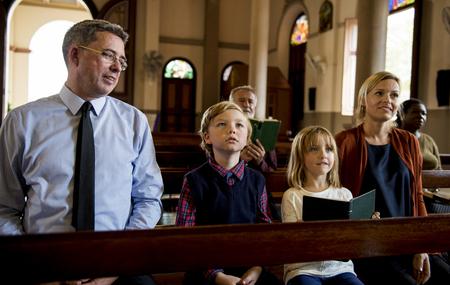 niño orando: Iglesia La gente cree la fe religiosa Foto de archivo