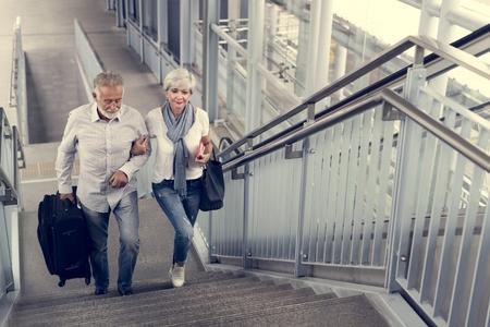 Los pares mayores con los turistas que viajan de la ciudad Foto de archivo - 71513747