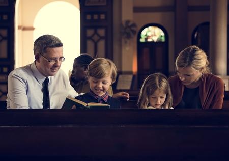 Chiesa gente crede fede religiosa Archivio Fotografico - 71550937