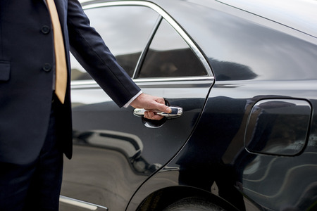 Automobile della porta di Limousine della maniglia dell'uomo d'affari Archivio Fotografico