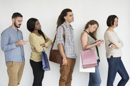 Diversas personas haciendo cola en línea estudio