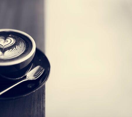 木製テーブルの上のコーヒーの泡泡アート