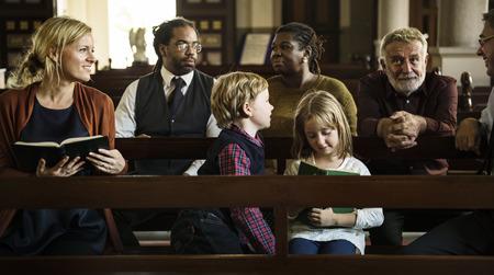 Eglise Les gens croient foi religieuse Banque d'images - 72422515