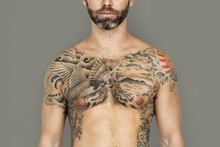 nackte brust: Kaukasischen Mann Tätowierte Brust Lizenzfreie Bilder