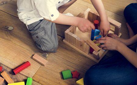 Kleine Kinder spielen Spielzeugblöcke Standard-Bild - 72640168