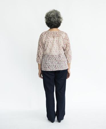 Oude dame vol lichaam portret achteraanzicht