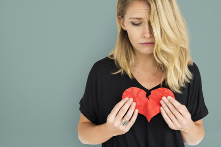 Mädchen-Holding Broken Heart Konzept Standard-Bild - 73334784