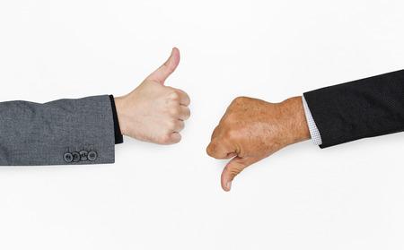 인간의 손에 엄지 손가락 아래로 서명 엄지 손가락 개념