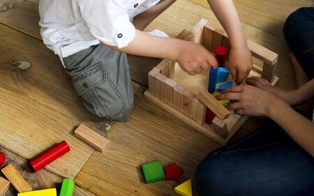 Kleine Kinder spielen Spielzeugblöcke Standard-Bild - 73548623