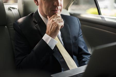 車の中でノート パソコンを使用しての実業家 写真素材 - 73776230