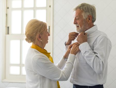 年配のカップルを一緒にドレスを助ける