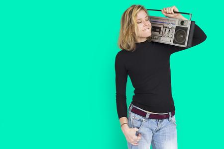 Vrouw met een draagbaar radioconcept
