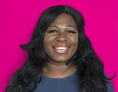 La donna allegra sta sorridendo Archivio Fotografico
