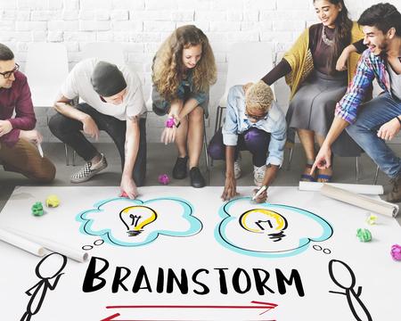 Idées de créativité: concept d'ampoule de communication avec remue-méninges Banque d'images - 73923432