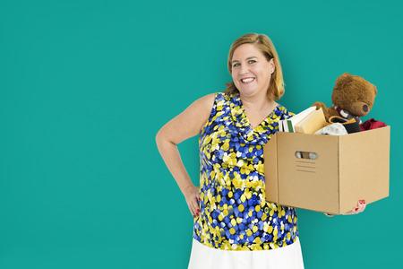 隔離箱を運ぶ女性スタジオ Portriat カジュアル 写真素材