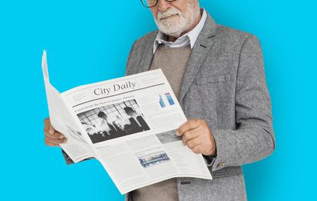 Giornale di lettura dell & # 39 ; uomo d Archivio Fotografico - 81929576