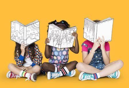 Pequeños niños leyendo libros de la historia Foto de archivo - 74362755