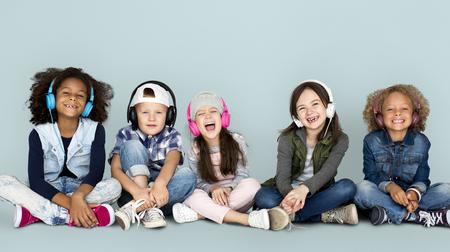 어린이 스튜디오의 그룹 헤드폰 및 겨울 옷을 입고 스마일