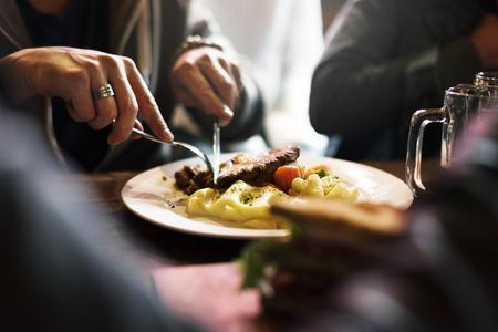 Les gens mangent des aliments Mea; Restaurant Banque d'images - 75233686