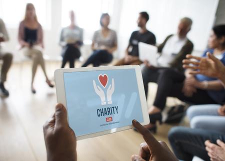 Liefdadigheid Vrijwilliger die helpende handen geeft Stockfoto - 75234837