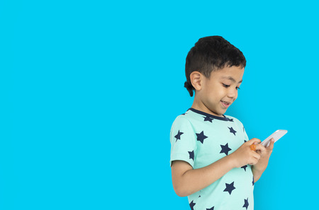 Little Boy Holding Telefono Concetto