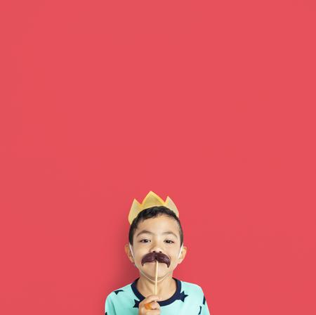 クラウン口ひげ衣装スタジオの小さな男の子