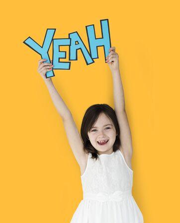 젊은 행복 소녀 단어를 들고 '그래' 스톡 콘텐츠