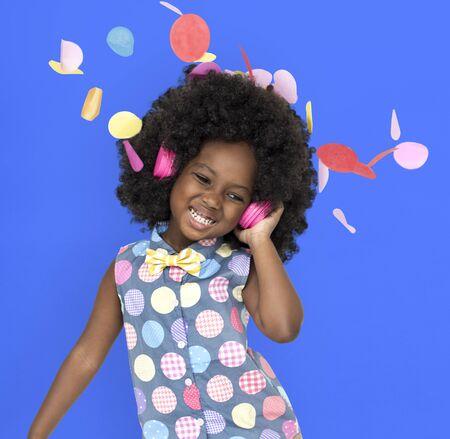 アフリカ系の子のヘッドフォンの音楽