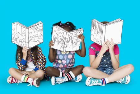 어린 아이들 이야기 책 읽기 스톡 콘텐츠 - 75197229