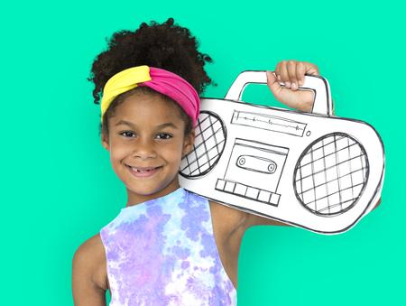 ペーパー クラフト アート ラジオ音楽スタジオ肖像画を保持している少女 写真素材