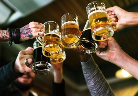 Hands Hold Beverage Beers Flasche Cheers Standard-Bild - 75904602
