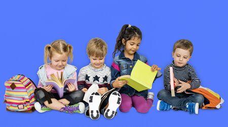 Pequeños niños leyendo libros sonriendo Foto de archivo - 76218388