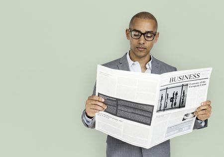African Descent hombre de negocios de lectura de periódicos Foto de archivo - 76101938
