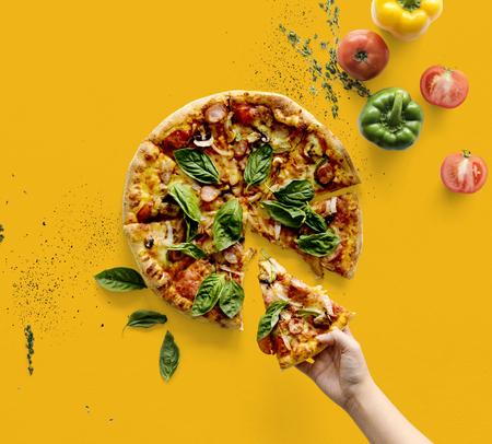 손을 이탈리아 요리 피자 슬라이스를 복용