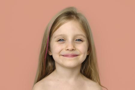 Niña sonriente de la felicidad pecho desnudo tetas al aire del retrato del estudio Foto de archivo - 76141791