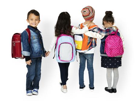 バックパックを身に着けている多様な子供の背面ビュー グループ 写真素材