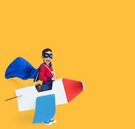 スーパー ヒーロー少年笑顔ダン ボール飛行機肖像画を再生