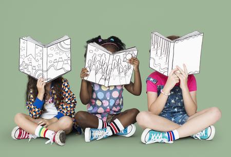 Pequeños niños leyendo libros de la historia Foto de archivo - 76304950