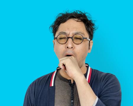 アジア人の男性大人あくび疲れて肖像画